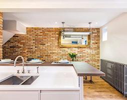 Aranżacje - Średnia otwarta biała beżowa kuchnia z wyspą, styl eklektyczny - zdjęcie od Elkamino Dom