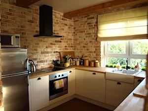 Kuchnia z cegłą na ścianie – jak ją urządzić? 5 pomysłów
