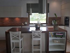 Aranżacje - Duża otwarta biała kuchnia w kształcie litery l z wyspą z oknem, styl nowoczesny - zdjęcie od Elkamino Dom