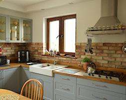 Aranżacje - Średnia zamknięta biała kuchnia w kształcie litery l z oknem, styl rustykalny - zdjęcie od Elkamino Dom