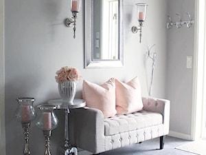 Salon w stylu nowojorskim i hamptons. Meble i oświetlenie i akcessoria