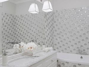 Apartament w stulu Glamour - luksusowe wnetrza: salon, sypialnia, kuchnia, łazie - Mała szara łazienka na poddaszu w bloku w domu jednorodzinnym bez okna, styl glamour - zdjęcie od PRIMAVERA-HOME.COM