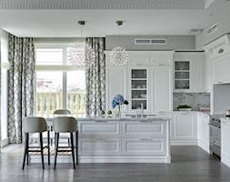 Apartament w stulu Nowojorskim i glamour - luksusowe wnetrza: salon, sypialnia - Duża otwarta biała kuchnia w kształcie litery l w aneksie z wyspą z oknem, styl nowojorski - zdjęcie od PRIMAVERA-HOME.COM