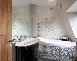 Łazienka w stylu Glamour z obrazem z mozaiki - Średnia biała łazienka na poddaszu jako domowe spa z oknem, styl glamour - zdjęcie od PRIMAVERA-HOME.COM