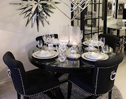 Wnętrza w stulu nowojorskim. Meble lustrzane i tapicerowane z naszej oferty. - Mała otwarta biała jadalnia, styl art deco - zdjęcie od PRIMAVERA-HOME.COM
