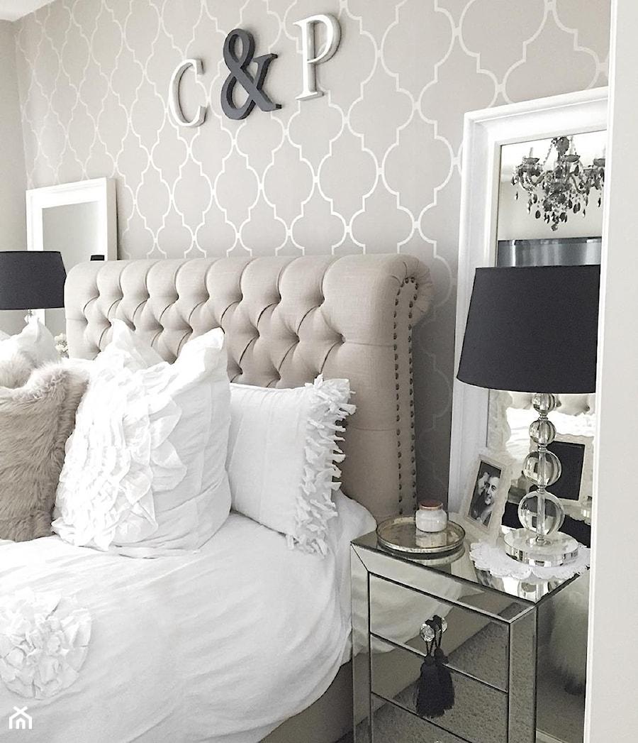 Łóżka tapicerowane w stylu nowojorskim i glamour - Mała szara sypialnia małżeńska, styl nowojorski - zdjęcie od PRIMAVERA-HOME.COM
