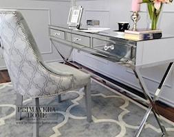 Nowoczesne krzesła tapicerowane z kołatką w stylu Glamour i nowojorskim - Małe białe biuro kącik do pracy w pokoju, styl glamour - zdjęcie od PRIMAVERA-HOME.COM