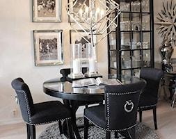 Wnętrza w stulu nowojorskim. Meble lustrzane i tapicerowane z naszej oferty. - Mała otwarta biała jadalnia w salonie, styl glamour - zdjęcie od PRIMAVERA-HOME.COM