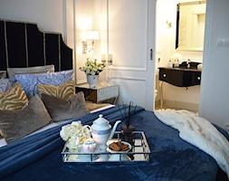 Inspiracja wystroju mieszkania w stylu nowojorskim - Mała biała sypialnia małżeńska z łazienką - zdjęcie od PRIMAVERA-HOME.COM