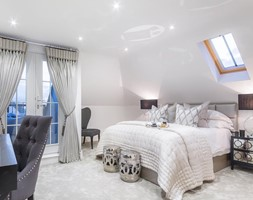 Nowoczesne wnętrza w beżowych barwach - Duża biała sypialnia małżeńska na poddaszu, styl nowojorski - zdjęcie od PRIMAVERA-HOME.COM