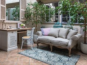 Salon w stylu Shabby  shic i hamptons meble tapicerowane i drewniane białe