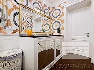 Wnętrza w stylu MOdern Classic - Mała biała czarna brązowa łazienka w bloku w domu jednorodzinnym bez okna, styl art deco - zdjęcie od PRIMAVERA-HOME.COM