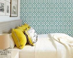 Geometryczne tapety w stylu nowojorskim i glamour - Mała biała zielona sypialnia dla gości małżeńska na poddaszu, styl nowojorski - zdjęcie od PRIMAVERA-HOME.COM