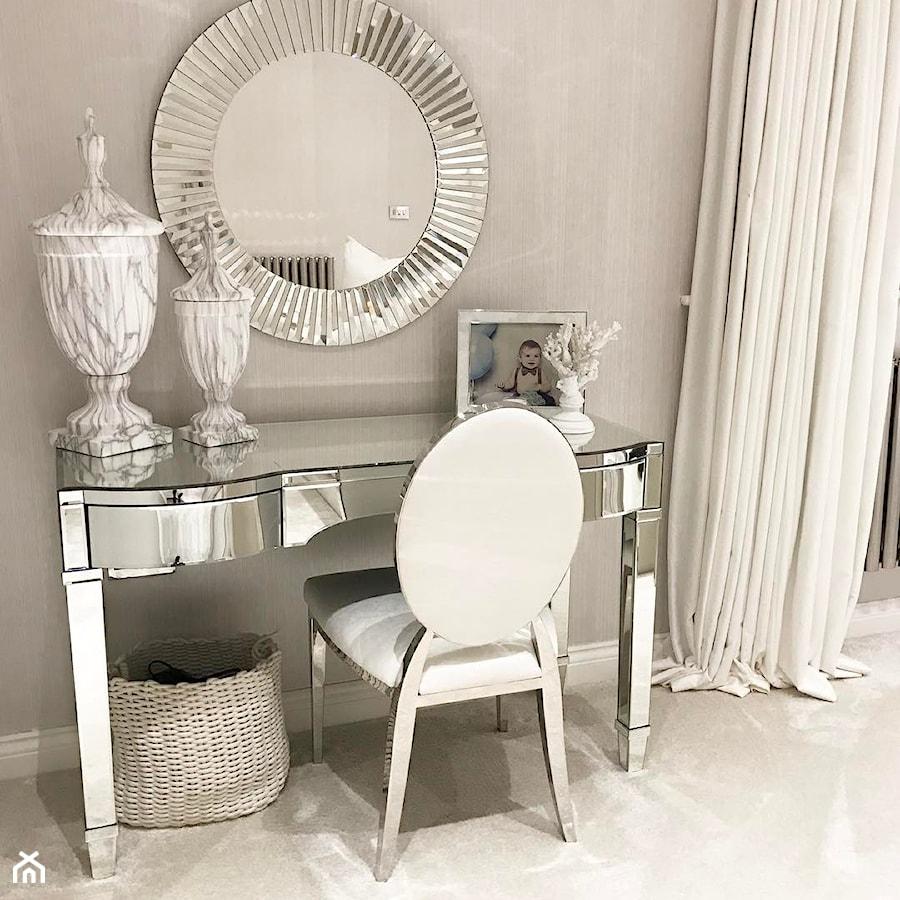 Krzesło tapicerowane do jadalni stal w stylu Glamour białe MEDALLION - zdjęcie od PRIMAVERA-HOME.COM