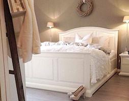 Wnętrza w stulu PROWANSALSKIM I SHABBY CHIC - Mała brązowa sypialnia małżeńska, styl prowansalski - zdjęcie od PRIMAVERA-HOME.COM