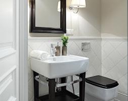 Wnętrza w Stylu Nowojorskim - Biała beżowa łazienka, styl nowojorski - zdjęcie od PRIMAVERA-HOME.COM