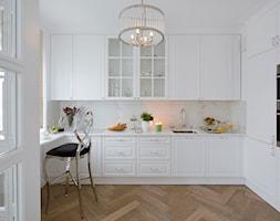 Apartament w stulu Glamour - luksusowe wnetrza: salon, sypialnia, kuchnia, łazie - Średnia zamknięta biała kuchnia w kształcie litery u z oknem, styl glamour - zdjęcie od PRIMAVERA-HOME.COM