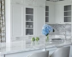 Apartament w stulu Nowojorskim i glamour - luksusowe wnetrza: salon, sypialnia - Średnia otwarta szara kuchnia w kształcie litery l z wyspą z oknem, styl glamour - zdjęcie od PRIMAVERA-HOME.COM