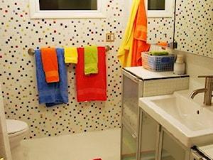 Łazienka biała dla dzieci z mozaika szklaną