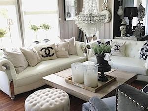 Dom z białą sofą Modern Glamour