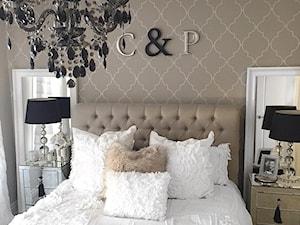 Łóżka tapicerowane w stylu nowojorskim i glamour - Mała beżowa biała sypialnia małżeńska, styl art deco - zdjęcie od PRIMAVERA-HOME.COM