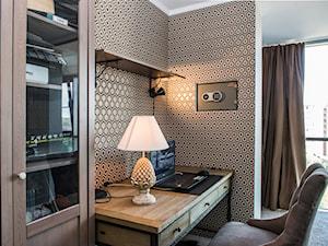 Wnętrza w Stylu Nowojorskim - Średnie beżowe brązowe biuro kącik do pracy w pokoju, styl nowojorski - zdjęcie od PRIMAVERA-HOME.COM