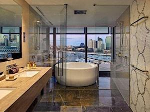 Łazienka w stylu Glamour z obrazem z mozaiki - Średnia szara łazienka na poddaszu w bloku w domu jednorodzinnym z oknem, styl nowoczesny - zdjęcie od PRIMAVERA-HOME.COM