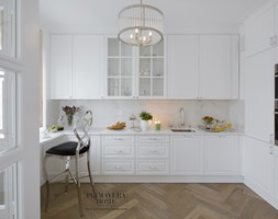 Apartament w stulu Glamour - luksusowe wnetrza: salon, sypialnia, kuchnia, łazie - Średnia zamknięta biała kuchnia w kształcie litery u z oknem, styl nowoczesny - zdjęcie od PRIMAVERA-HOME.COM