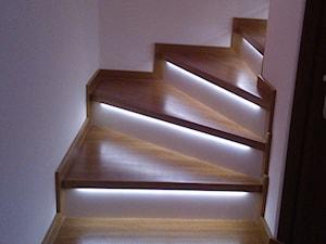 SCHODY - Małe wąskie schody wachlarzowe drewniane, styl klasyczny - zdjęcie od Parkiety - Jarząbek
