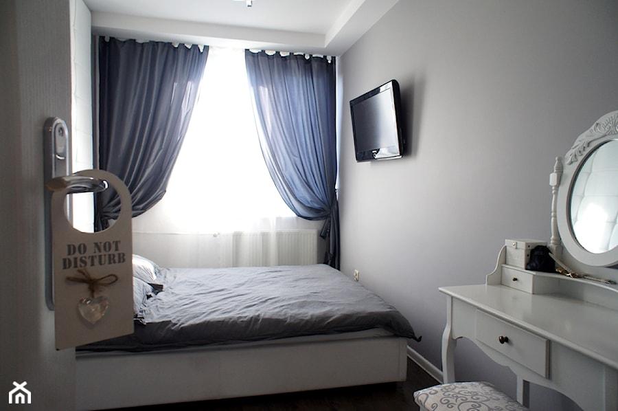 Mieszkanie w kamienicy - 40m2 - Mała sypialnia małżeńska, styl glamour - zdjęcie od Anna Wrona ...