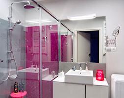 mieszkanie wiosna-zima - Mała szara różowa łazienka w bloku bez okna, styl nowoczesny - zdjęcie od Studio Projektowe Atoato