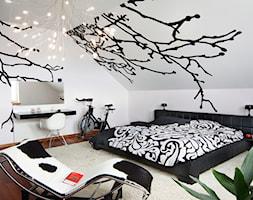 rezydencja - Duża biała sypialnia małżeńska na poddaszu, styl nowoczesny - zdjęcie od Studio Projektowe Atoato