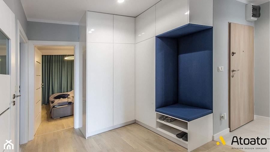 szafa z siedziskiem w korytarzu - zdjęcie od Studio Projektowe Atoato