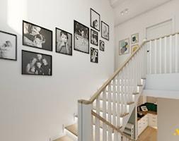 Korytarz z podświetlonymi schodami - zdjęcie od Studio Projektowe Atoato - Homebook