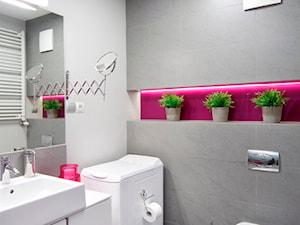 mieszkanie wiosna-zima - Mała szara różowa łazienka, styl nowoczesny - zdjęcie od Studio Projektowe Atoato