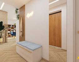 Jasny przedpokój z dużym lustrem - zdjęcie od Studio Projektowe Atoato - Homebook