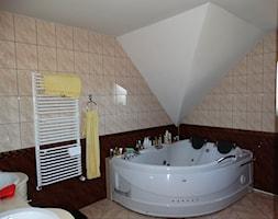 Dom Śródziemnomorski - Średnia beżowa łazienka na poddaszu w domu jednorodzinnym, styl klasyczny - zdjęcie od Studio Projektowe Atoato