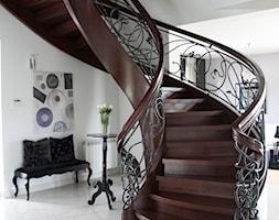 Hol - Wąskie schody zabiegowe wachlarzowe drewniane - zdjęcie od A&A STUDIO WNĘTRZ