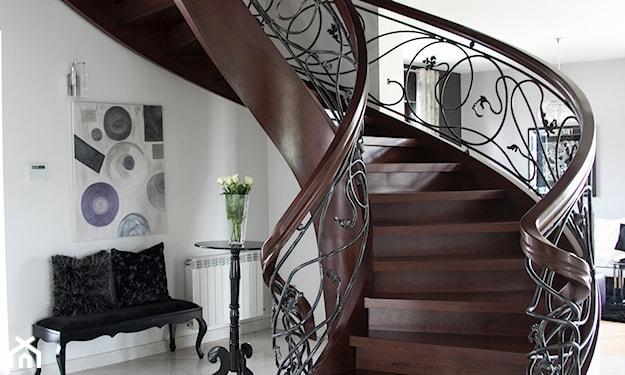 eleganckie, półokrągłe schody z drewna i stali