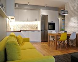 Mieszkanie w centrum Krakowa - Mały szary biały beżowy salon z kuchnią z jadalnią, styl skandynawski - zdjęcie od Justyna Lewicka Design