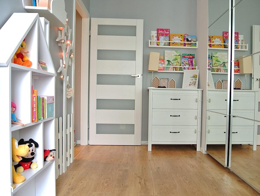 Mieszkanie w centrum Krakowa - Mały szary pokój dziecka dla chłopca dla dziewczynki dla niemowlaka dla malucha, styl skandynawski - zdjęcie od Justyna Lewicka Design