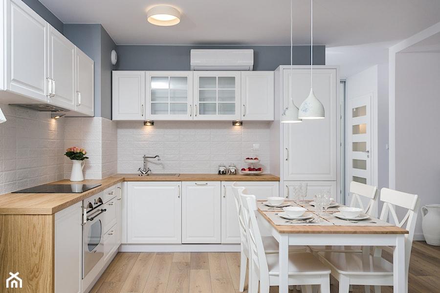 Fabryka Czekolady VI, Kraków - Średnia otwarta biała szara kuchnia w kształcie litery l, styl prowansalski - zdjęcie od Justyna Lewicka Design