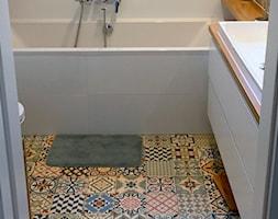 """Kolor na """"dzień dobry"""" - Mała łazienka w bloku w domu jednorodzinnym bez okna, styl skandynawski - zdjęcie od Justyna Lewicka Design"""