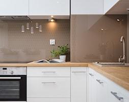 Fabryka Czekolady VII - Średnia otwarta beżowa brązowa kuchnia w kształcie litery l z oknem, styl nowoczesny - zdjęcie od Justyna Lewicka Design