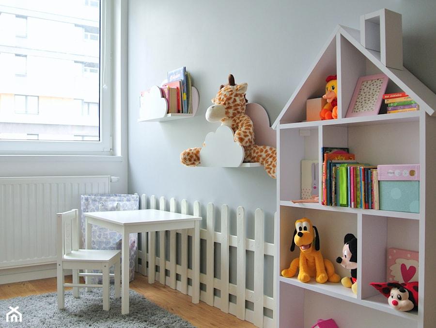 Mieszkanie w centrum Krakowa - Mały szary pokój dziecka dla dziewczynki dla malucha, styl skandynawski - zdjęcie od Justyna Lewicka Design