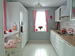 Kuchnia z czerwienią - Duża zamknięta kuchnia dwurzędowa z oknem, styl rustykalny - zdjęcie od Justyna Lewicka Design