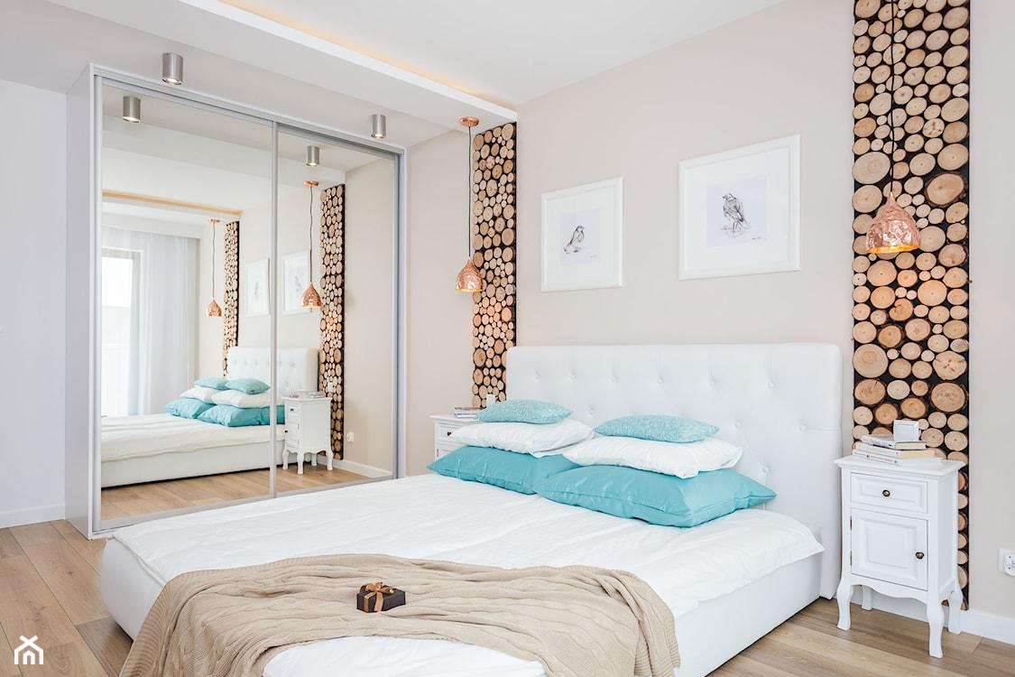 Sypialnia z białym łóżkiem