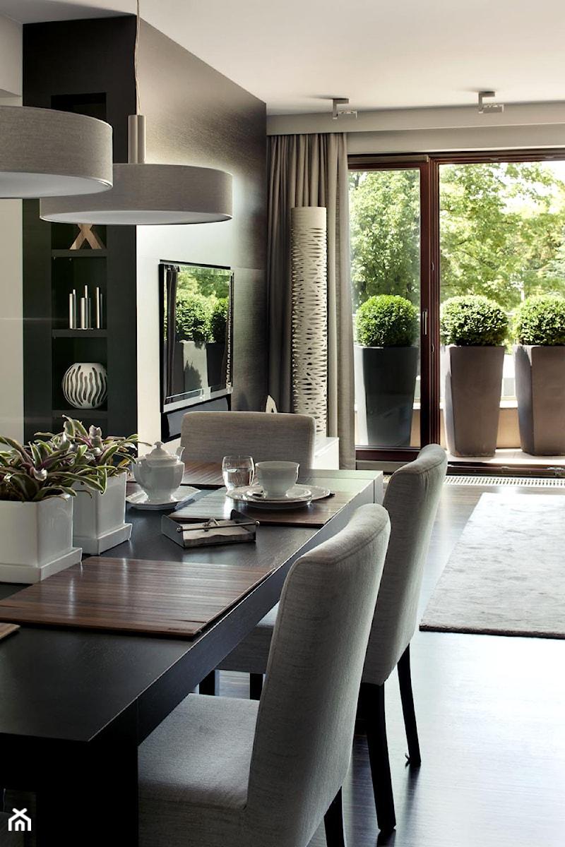 Apartament modernistyczny - Średnia otwarta jadalnia w salonie, styl nowoczesny - zdjęcie od CKTprojekt