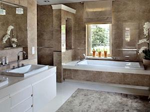 Dom glamour Wrocław - Duża beżowa łazienka w domu jednorodzinnym z oknem, styl klasyczny - zdjęcie od CKTprojekt
