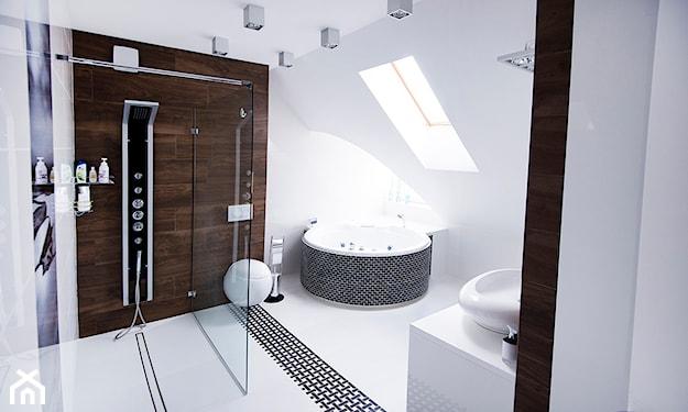 obszerna łazienka na poddaszu w stylu SPA